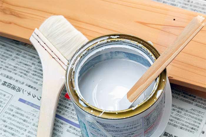塗料の缶と刷毛